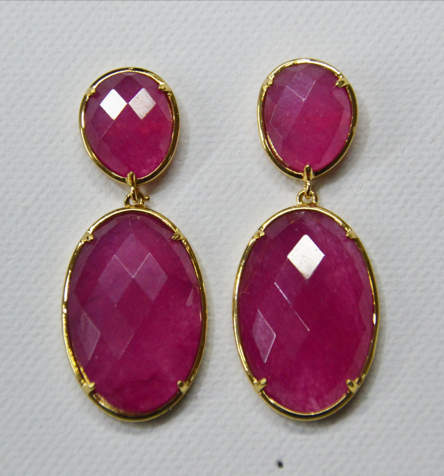 54a67d78bbd6 PENDIENTES DE JADE FUCSIA CON DORADO - Pendientes de 2 piezas hechos con piedra  jade teñida
