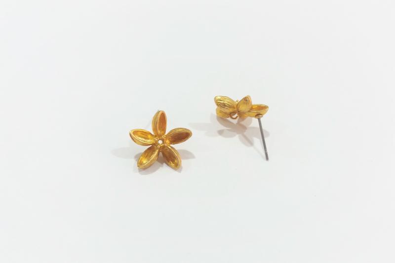 Fornitura de latón jazmín delgado  - 14 mm x 15 mm  -Colgante detrás  -Dorado intenso