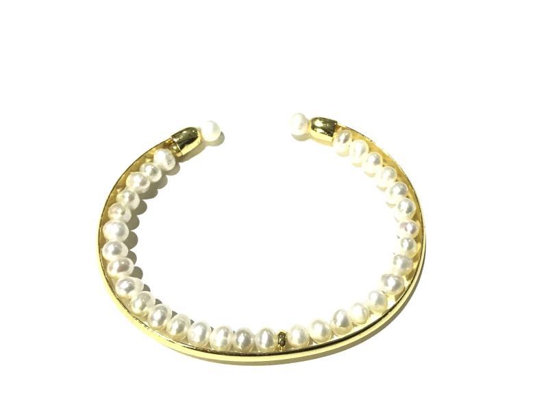 pulsera de perla con  formitura de  bano de oro 18k