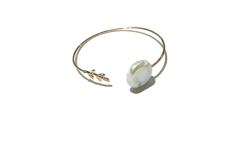 pulsera de laton con perla natural y bano de bronce