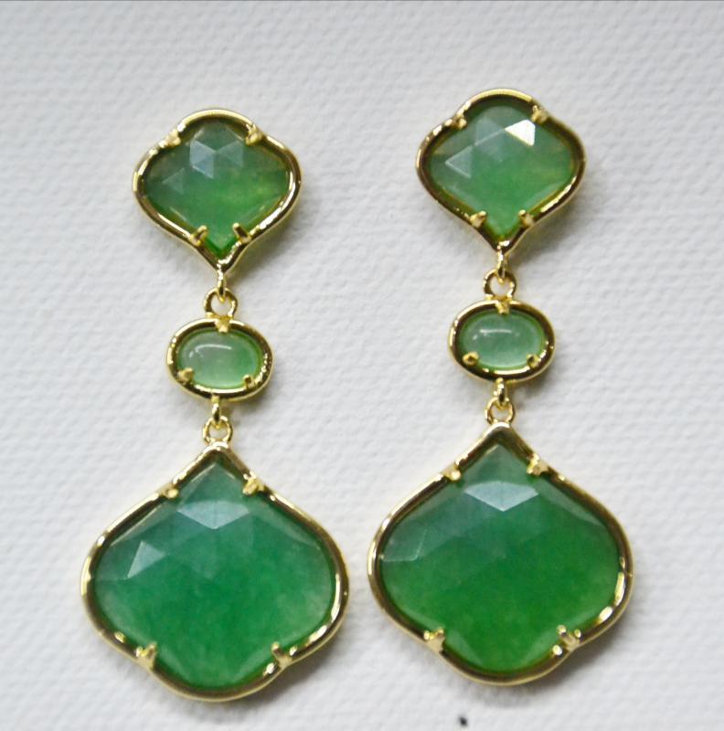 556b2d4beb62 PENDIENTES DE JADE VERDE CON DORADO - Pendientes de 3 piezas hechos con piedra  jade teñida